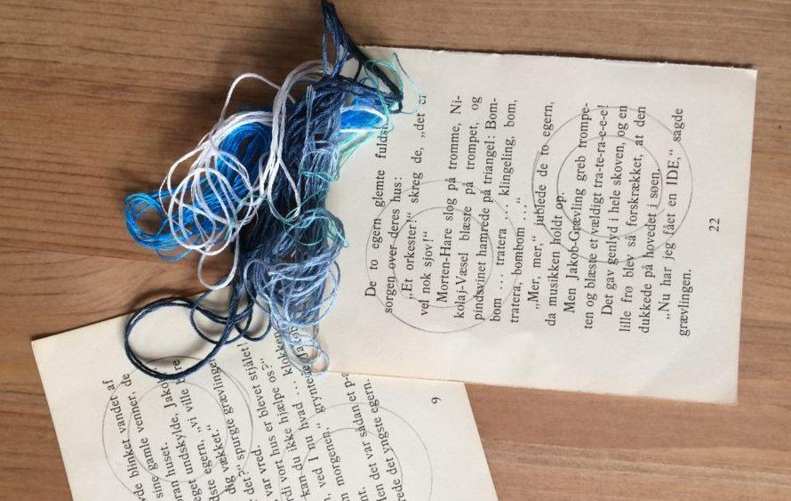 Sider fra gamle børnebøger klar til broderi