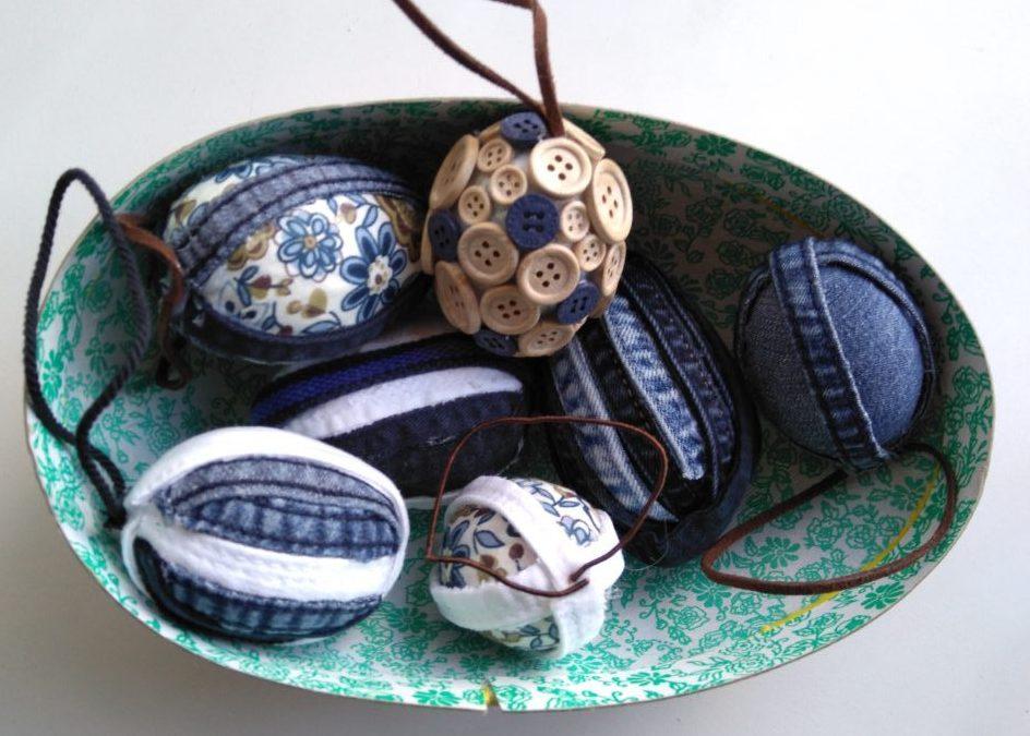 Forskellige påskeæg lavet af sømmen fra nogen gamle cowboybukser