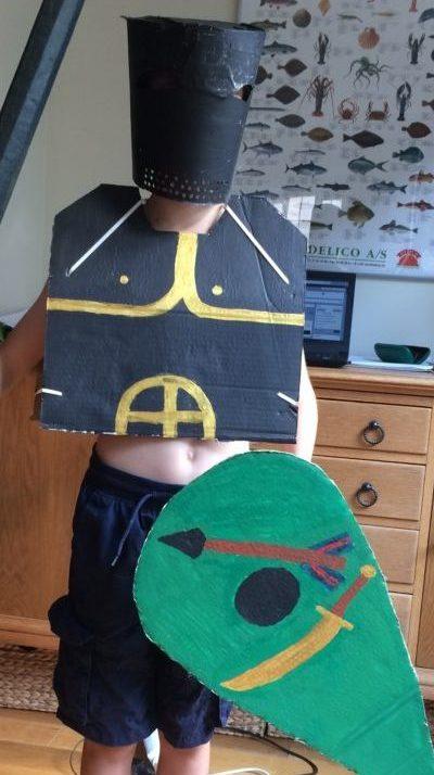 Genbrug af papkasser til ridderrustning