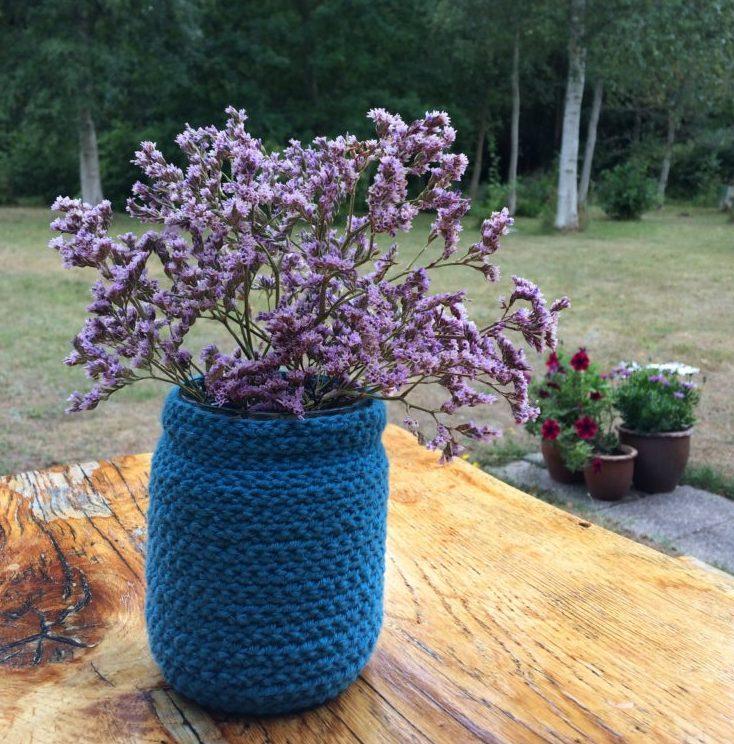 Vase hæklet over et syltetøjsglas