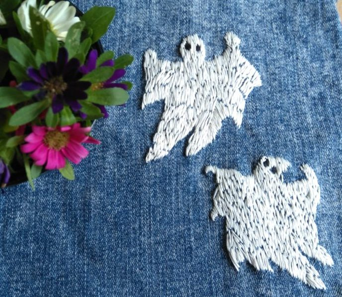 Broderede spøgelser på gamle jeans