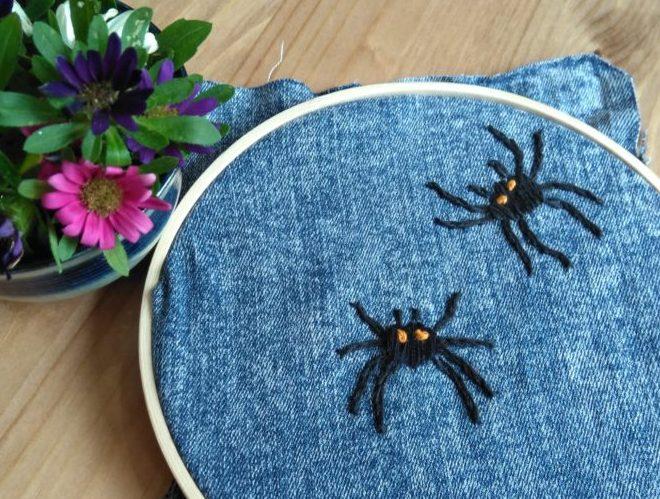 Edderkopper broderet på gamle jeans