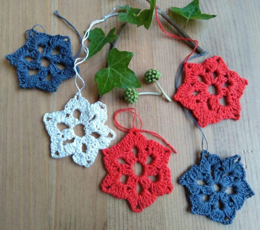 Hæklede julestjerner i tre farver