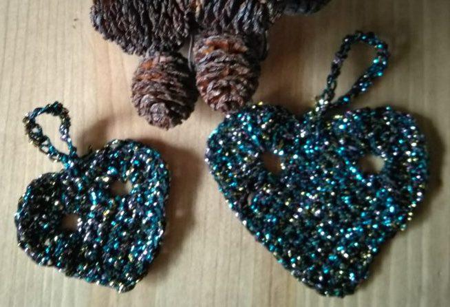 To sorte hæklede hjerter