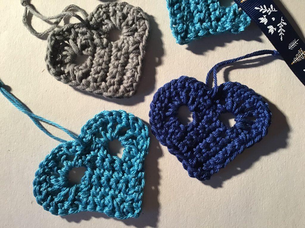 Hæklede bomuldshjerter i blå farver