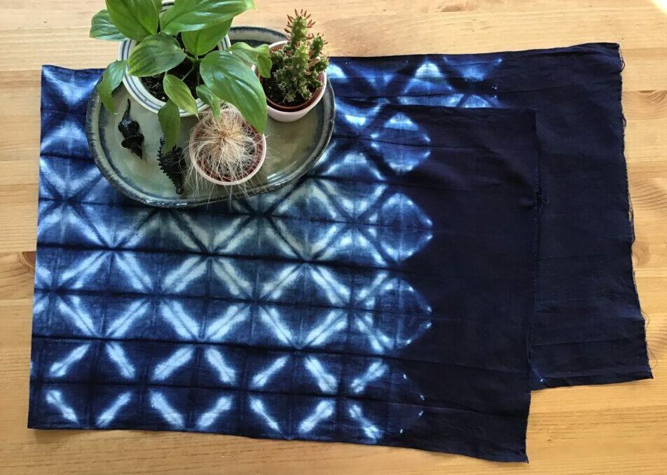 Stof indfarvet med Indigo vha Ori-nui Shibori teknikken