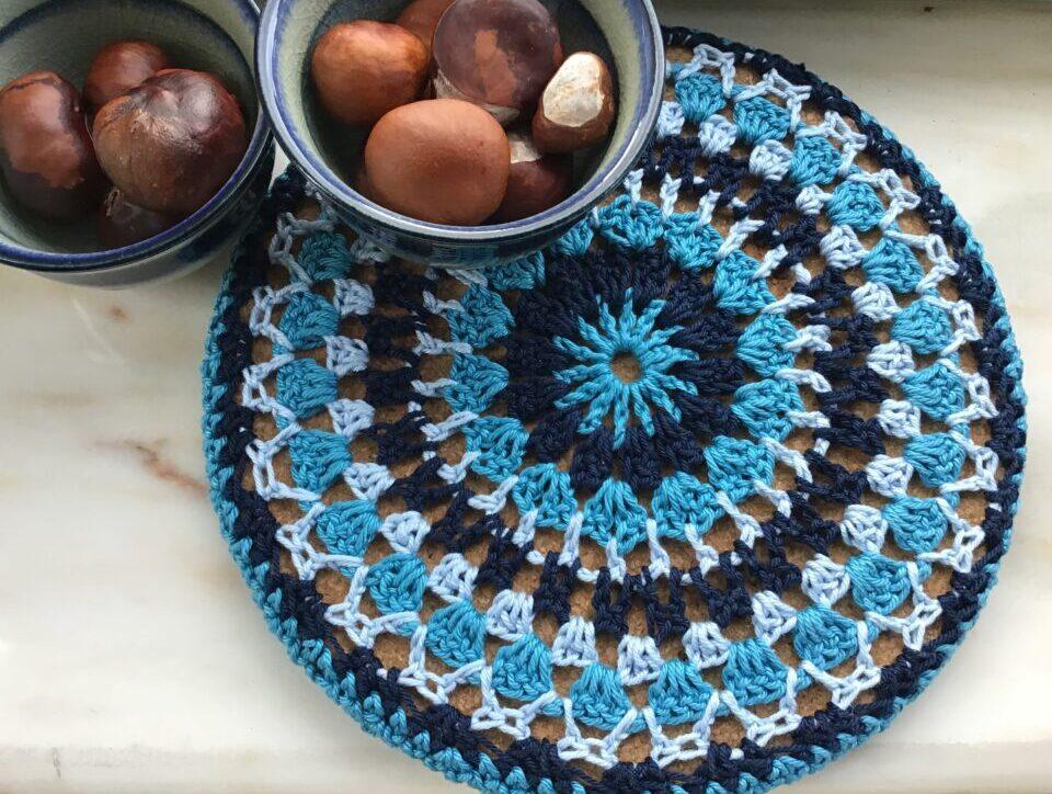 Blå bordskåner af Mandala hækling
