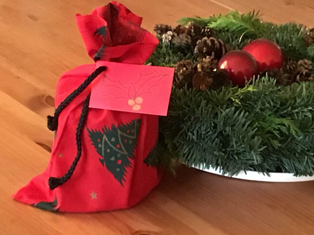 Poser af stofrester er en let måde at pakke julegaver ind
