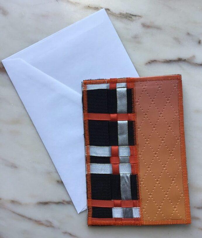 Håndlavet kort i orangefarvet af genbrugsmaterialer