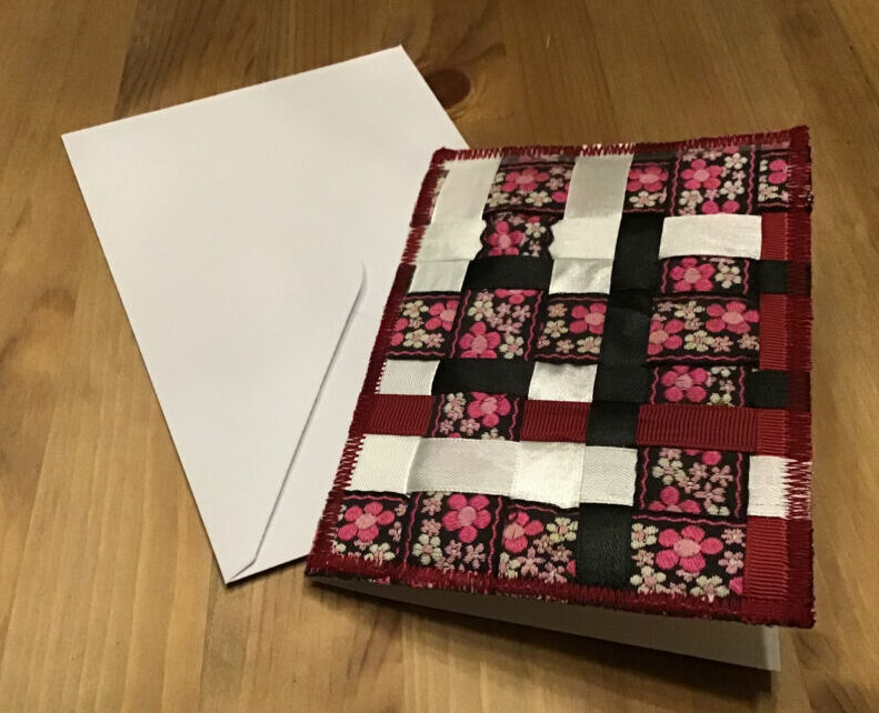 Selv små rester af gavebånd kan bruges til at lave denne type kort
