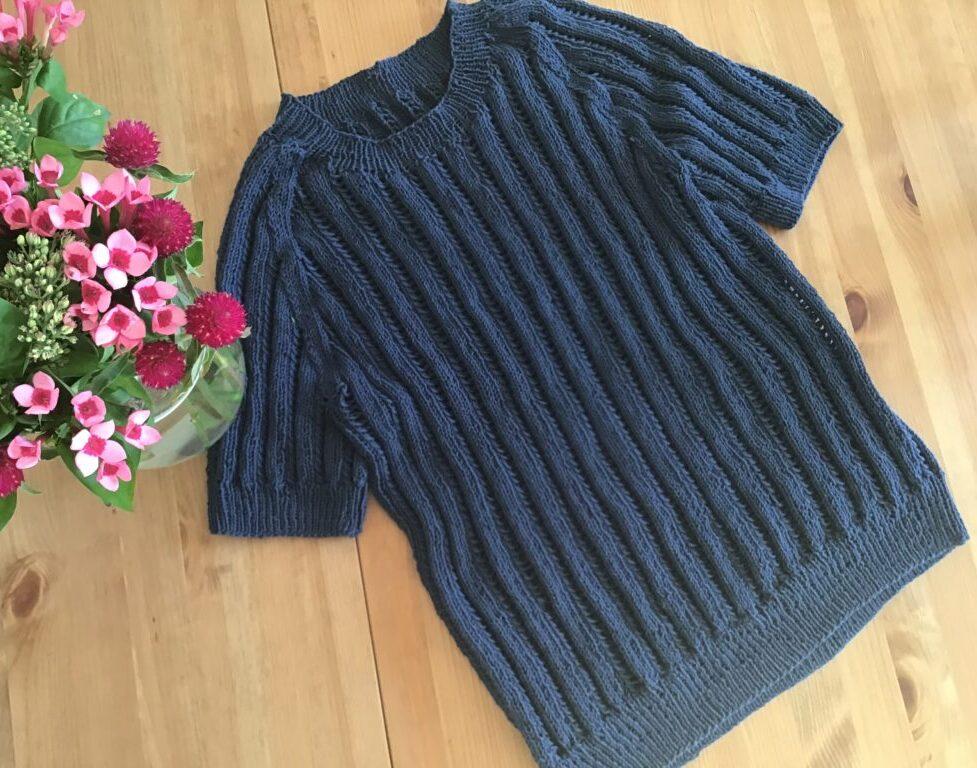 Bluse strikket i hulmønster til sommerbrug